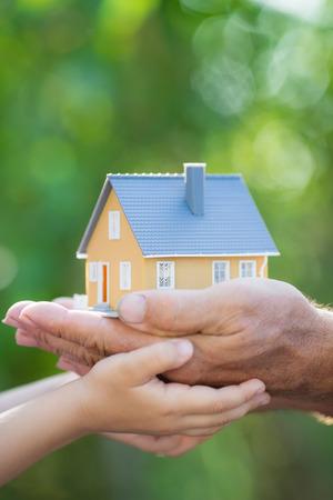 Maison De Lcologie Et De La Famille Dans Les Mains Contre Fond
