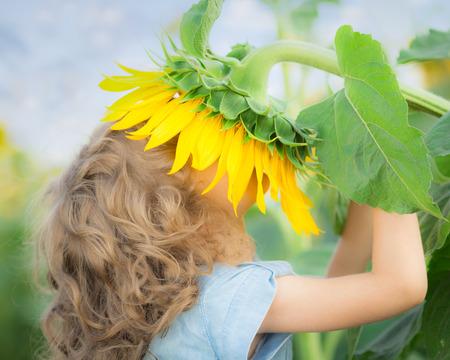 Enfant de tournesol odeur dans le domaine du printemps
