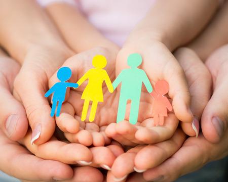 コンセプト: 紙の家族の手の中