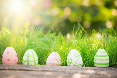 녹색 잔디 봄 휴일 개념에 부활절 달걀 스톡 콘텐츠