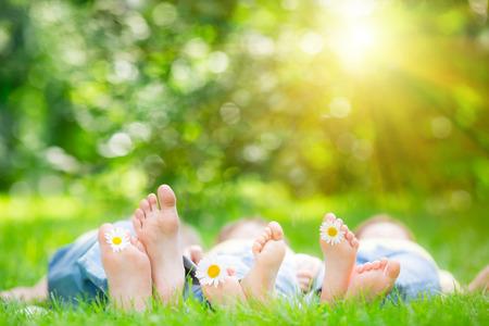rodzina: Rodzina leżącego na trawie w parku wiosną zewnątrz