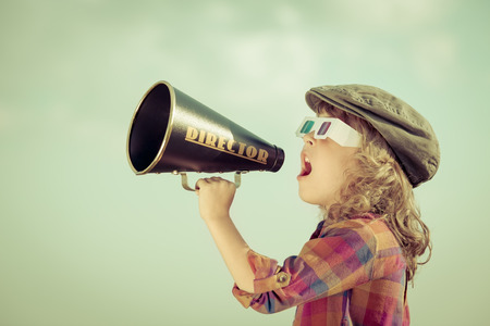 jefe: Niños gritando por megáfono vendimia Foto de archivo