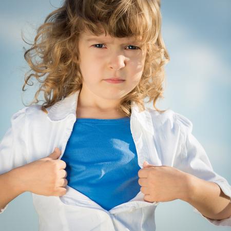 feminismo: La apertura del ni�o de la camisa. Girl power y el concepto de feminismo Foto de archivo
