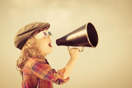megafono: Niño gritando por megáfono de la vendimia Foto de archivo