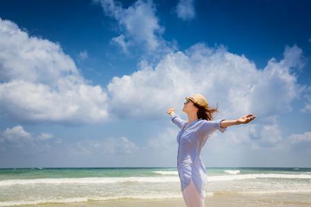 Gelukkige vrouw genieten op het strand Stockfoto