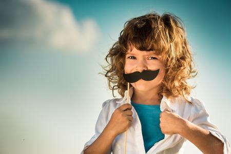 feminismo: Kid abriendo su camisa como un superh�roe. Girl power y el concepto de feminismo Foto de archivo