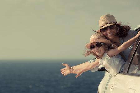 familia feliz: Mujer y niño en la playa. Las vacaciones de verano concepto Foto de archivo