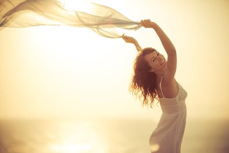 Plajda rahatlatıcı mutlu bir kadın. Yaz tatili kavramı