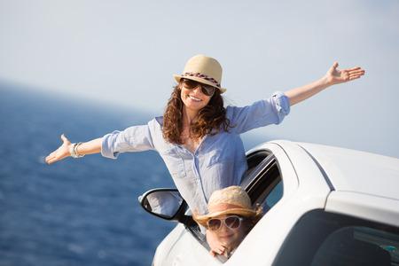 playas tropicales: Familia feliz en el coche. Concepto de las vacaciones de verano