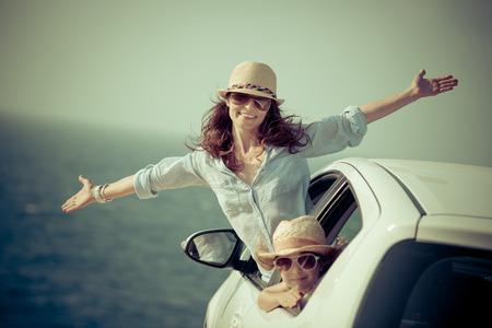 mujeres felices: Familia feliz en la playa. Viaje de coche de verano. Vacaciones en concepto Foto de archivo