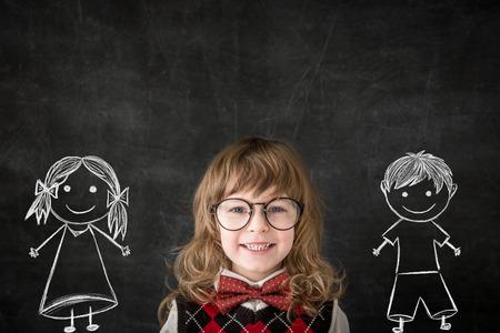 クラスでスマートな子供。黒板から幸せな子供たち。教育の概念