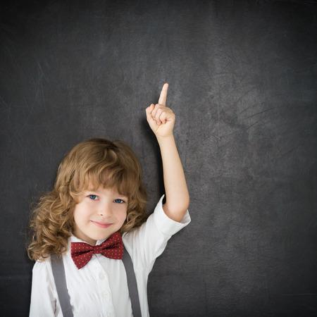 Smart Kid in der Klasse. Glückliches Kind gegen Tafel. Bildung-Konzept Standard-Bild