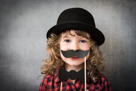 bigote: Niño inconformista divertida en estudio Foto de archivo