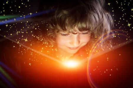 幸せな子供は、魔法の本を読んで