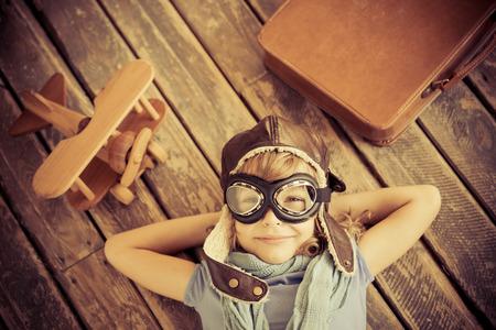 집에 장난감 비행기와 행복한 아이. 레트로 톤 스톡 콘텐츠