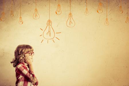 流行に敏感な子供の思考します。アイデアの概念。図面の電球のしこり。レトロなトーン 写真素材