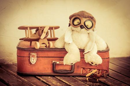 vintage: Retro leksaker. Resor och äventyrskoncept Stockfoto