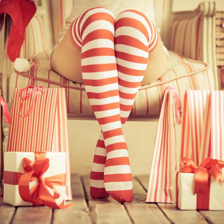 boldog karácsonyt: Szexi nő lábát. Karácsonyi koncepció Stock fotó