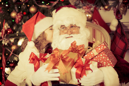 Kerstman en kind thuis. Kerst cadeau. Familie vakantie concept