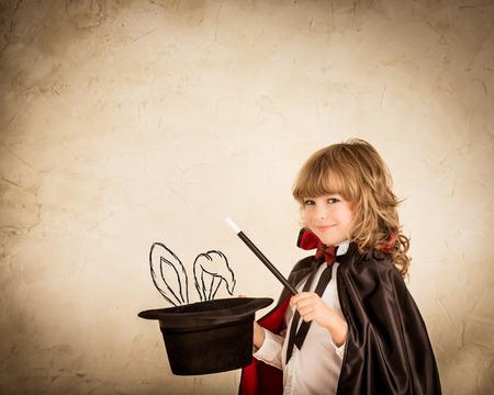 그런 지 배경에 그려진 토끼 모자를 들고 어린이 마술사