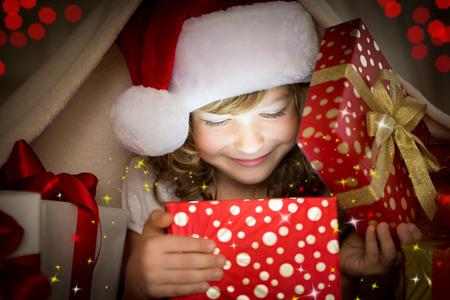 Niño con regalo de Navidad. Concepto de vacaciones de Navidad Foto de archivo - 32862782
