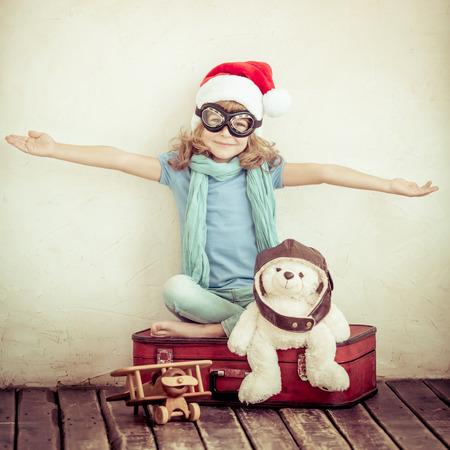 brinquedo: Criança feliz que joga com avião de brinquedo em casa. Retro tonificado Imagens