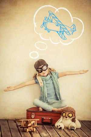 imaginacion: Ni�o feliz que juega con avi�n de juguete en casa. Retro tonificado