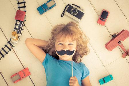 feministische: Hipster jongen met vintage houten speelgoed thuis. Girl power en feminisme begrip Redactioneel