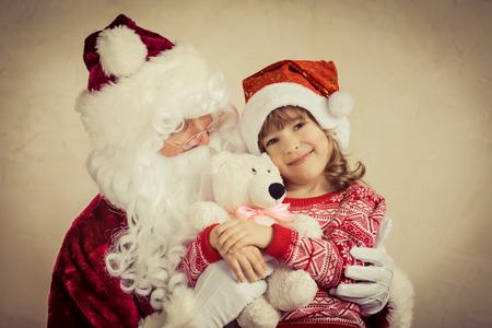 papa noel: Papá Noel y niño en el país. Regalo de Navidad. Concepto de vacaciones de la familia Foto de archivo