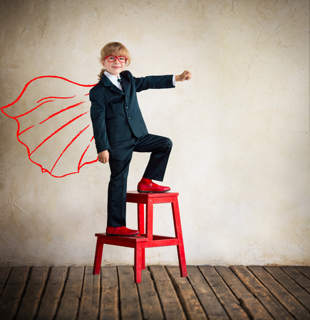 lideres: Retrato de joven superh�roe empresaria en oficina moderna del desv�n. �xito, creativa y concepto de innovaci�n. Copiar el espacio para el texto