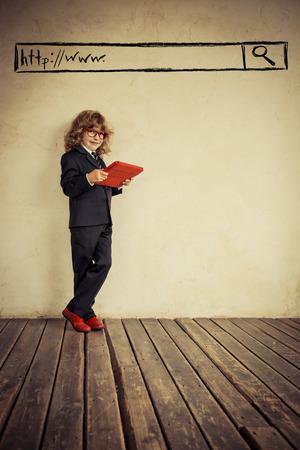 schoolkid search: Retrato de joven empresario en la oficina moderna del desv�n. �xito, creativa y concepto de innovaci�n. Copiar el espacio para el texto Foto de archivo