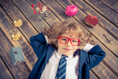 Porträt der jungen Geschäftsmann im modernen Loft Büro. Erfolg, Kreativität und Innovationskonzept. Kopieren Sie Platz für Ihren Text
