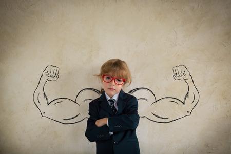 モダンなロフト オフィスでの強力なビジネスマンの肖像画。成功と勝者の概念。コピー テキストのスペース