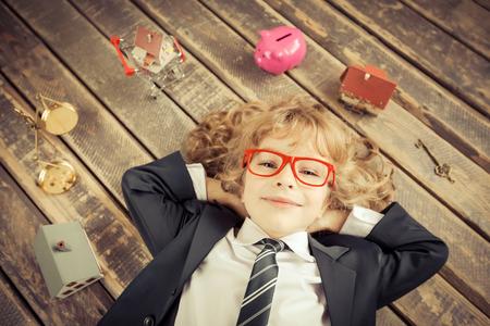 Immobilienmakler. Porträt der jungen Geschäftsmann in modernen Loft-Büro. Erfolg, Kreativität und Innovationskonzept