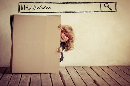 carton: Retrato de joven empresario en la caja de cart�n. Fuera de la caja. La tecnolog�a de b�squeda de Internet. Copiar el espacio para el texto