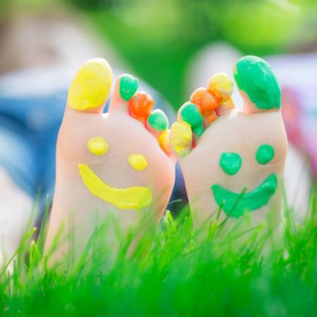 Paare, die auf grünem Gras. Kinder, die Spaß im Freien im Frühjahr Park Standard-Bild - 35407517