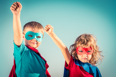 imaginacion: Niños Superhero contra fondo del cielo de verano. Niños que se divierten al aire libre. Niño y niña jugando. El éxito y el concepto del ganador