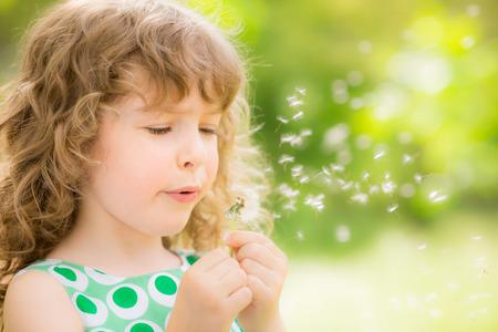 ばね公園のタンポポの花と美しい子
