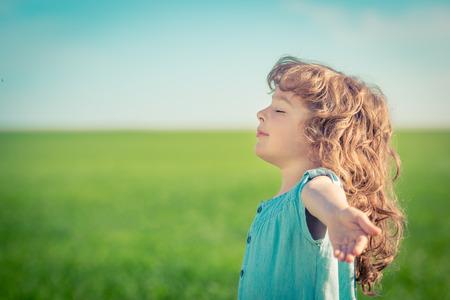 libertad: Ni�o feliz en el campo de primavera relajarse al aire libre Foto de archivo