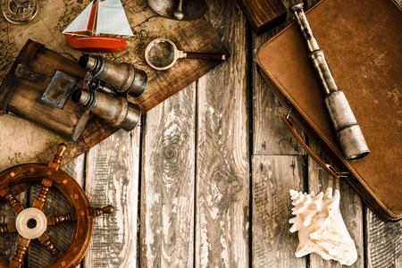 aventura: Cosas náuticas de la vendimia en el fondo de madera. Imagen de Grunge retro tonificado con copia espacio. Viajes y aventura concepto