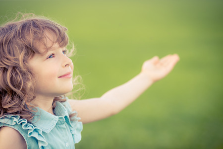 Happy child relaxing outdoors in spring filed Stockfoto
