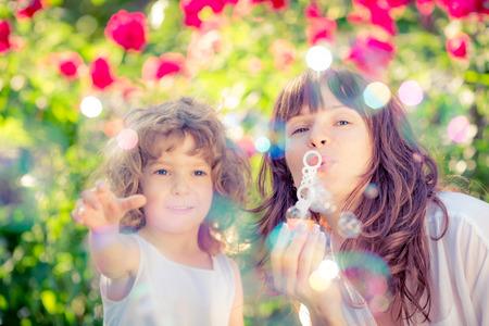 Happy family ayant distraction en plein air dans le parc au printemps sur fond vert naturel Banque d'images - 37128542