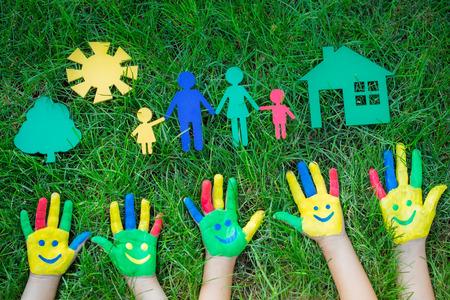 Gruppe von glücklichen Menschen auf grünem Gras. Familie, die Spaß im Frühjahr. Smiley auf den Händen. Ökologie-Konzept. Ansicht von oben Porträt Standard-Bild - 37295520