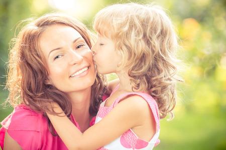 Donna e bambino con il mazzo di fiori contro sfondo verde offuscata. Famiglia Spring concetto di vacanza. Festa della donna Archivio Fotografico - 38104075