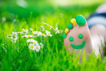 Enfant couché sur l'herbe verte. Kid se amuser en plein air dans le parc de printemps Banque d'images - 38104087