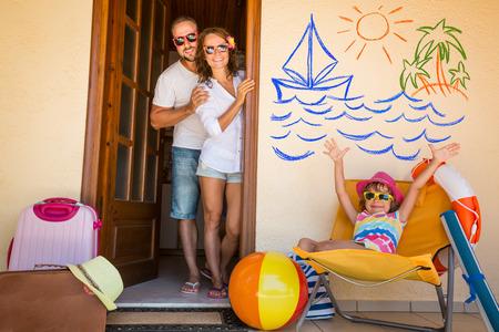 Glückliche Familie im Sommerurlaub. Reisen und Abenteuer-Konzept Standard-Bild