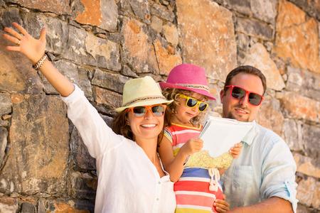 familias jovenes: Familia feliz en vacaciones de verano. Viajes y aventura concepto