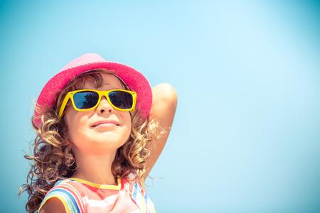 vacaciones en la playa: Ni�o feliz en las vacaciones de verano. Viajes y aventura concepto Foto de archivo