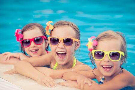 дети: Счастливые дети в бассейне. Смешные дети, играя на открытом воздухе. Летние каникулы концепция
