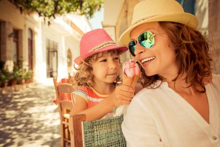 comiendo helado: Madre y ni�o comiendo helado en caf� de verano al aire libre